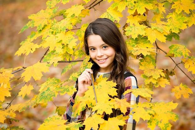 Adorable enfant avec un joli sourire, profitez de la saison d'automne, de la nature.