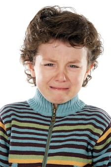 Adorable enfant en pleurs sur fond blanc