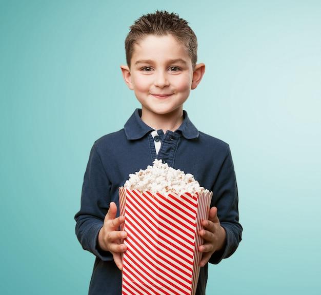 Adorable enfant avec pop-corn
