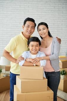 Adorable famille déménageant dans un nouvel appartement