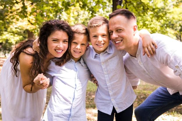 Adorable famille passe du temps dans le parc