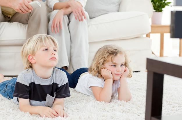 Adorable famille, regarder la télévision