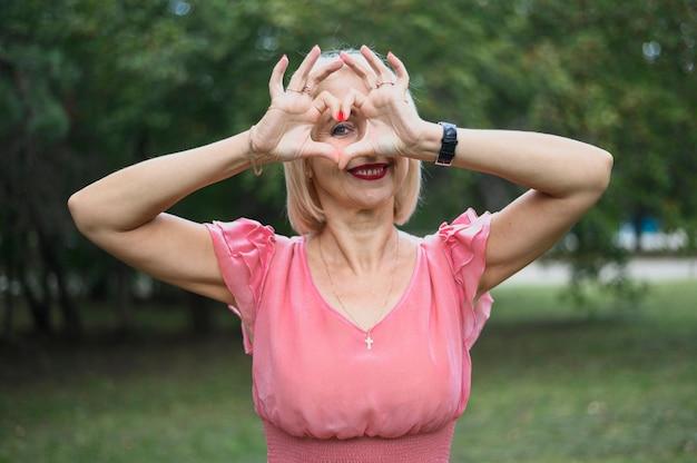 Adorable femme mature dans le parc