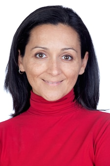 Adorable femme avec un t-shirt rouge isolé sur un fond blanc