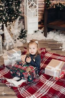 Adorable fille avec un cadeau de noël