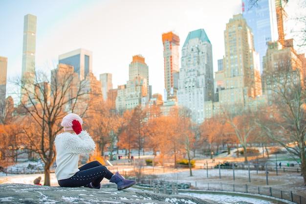 Adorable fille dans central park à new york city