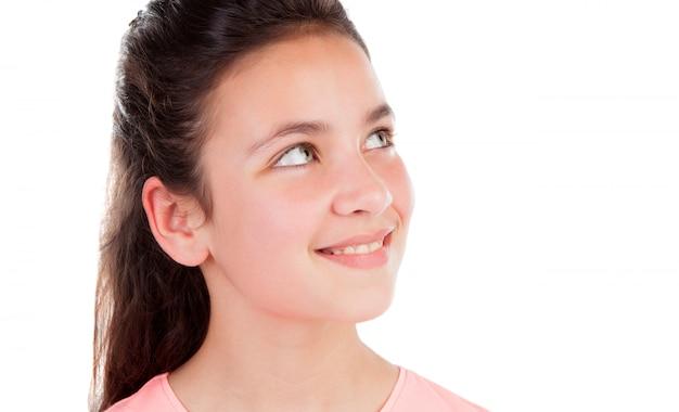 Adorable fille de douze ans levant les yeux