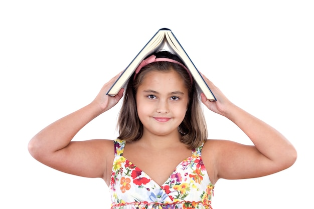 Adorable fille étudie avec un livre sur sa tête un fond blanc
