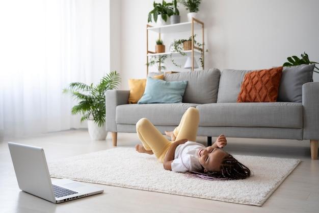 Adorable fille faisant du yoga à la maison