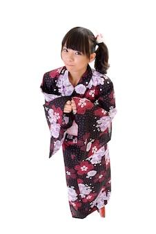 Adorable fille japonaise avec yukata, portrait en pied isolé sur blanc.