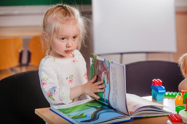 Adorable fille avec un livre
