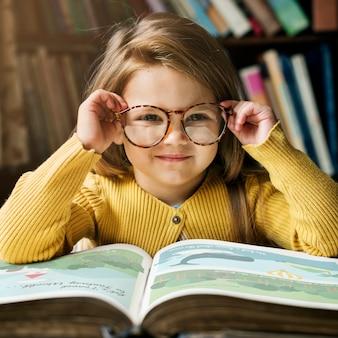 Adorable fille mignonne, concept de lecture