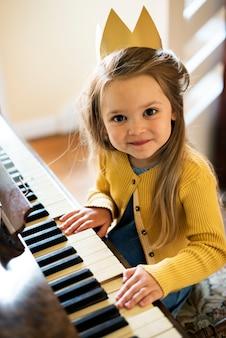 Adorable fille mignonne jouant du concept de piano