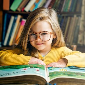 Adorable fille mignonne lisant le concept de conte