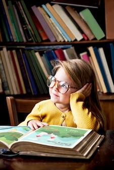 Adorable fille mignonne lisant un concept de narration