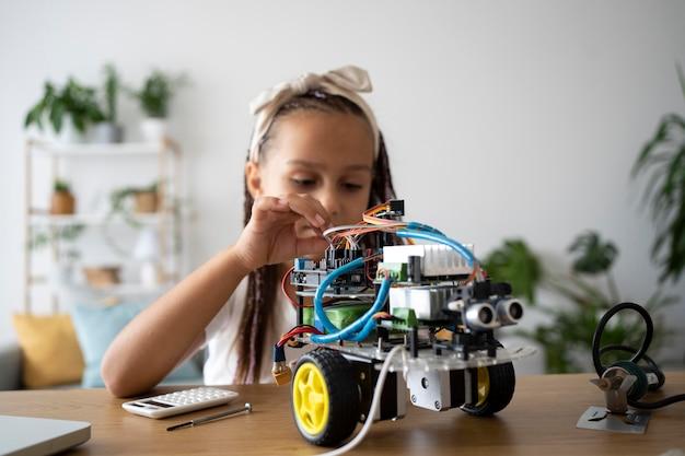 Adorable fille passionnée de robotique