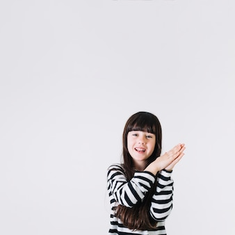 Adorable fille qui frappe des mains