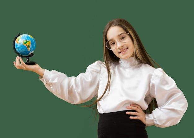 Adorable fille tenant un globe