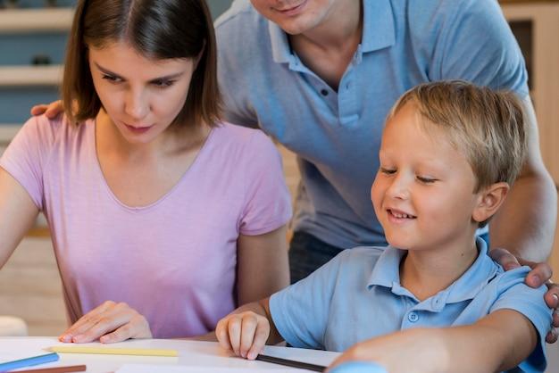 Adorable fils appréciant le temps avec les parents
