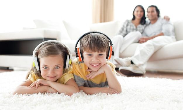 Adorable frères et sœurs écoute de la musique avec des écouteurs