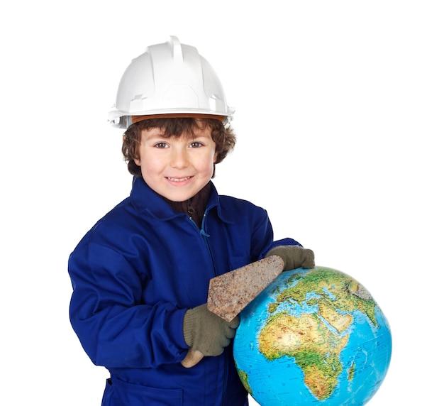 Adorable futur constructeur construit le monde