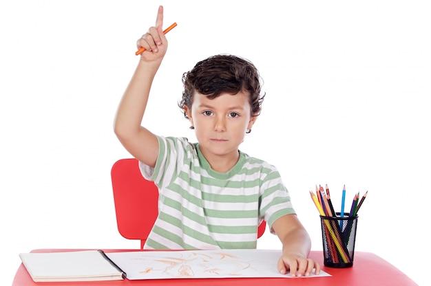 Adorable garçon étudie un fond blanc
