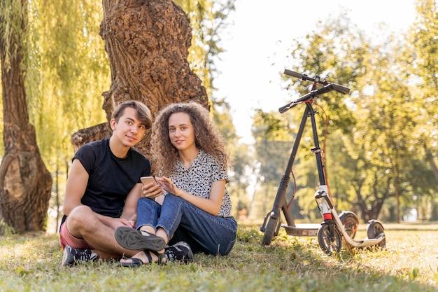 Adorable jeune couple de détente en plein air