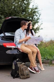 Adorable jeune couple prenant une pause sur la route