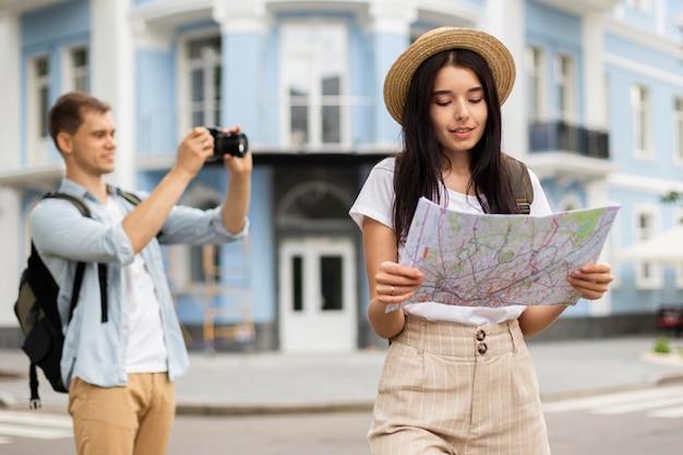 Adorable jeune couple voyageant ensemble