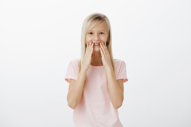 Adorable jeune enfant souriant, réagit impressionné et heureux