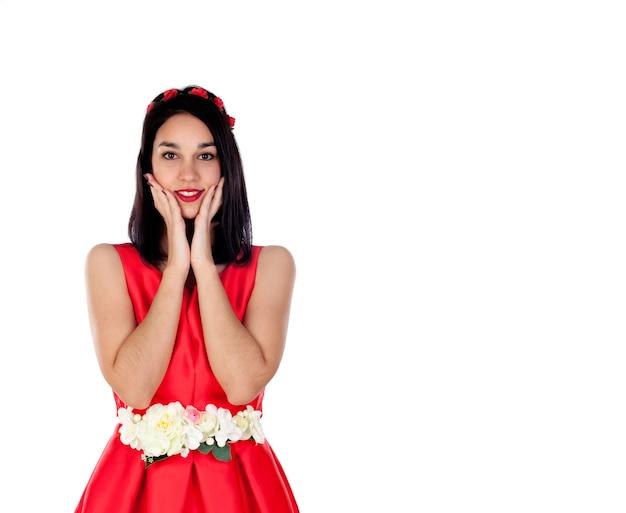 Adorable jeune fille brune avec une élégante robe de cocktail rouge