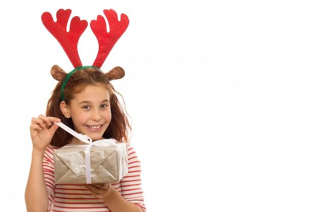 Adorable jeune fille avec un cadeau de noël