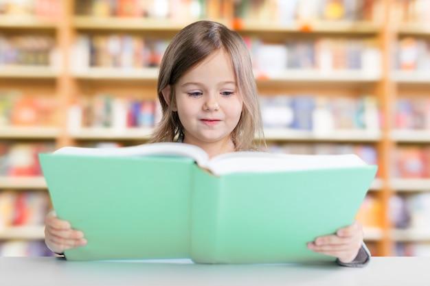 Adorable jeune fille lisant un livre