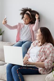 Adorable jeune fille s'amuser avec sa mère