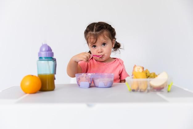 Adorable jeune fille servant le petit déjeuner