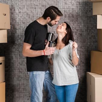 Adorable jeune homme et femme célébrant la réinstallation