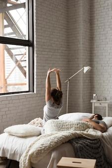 Adorable jeune homme et femme ensemble dans son lit