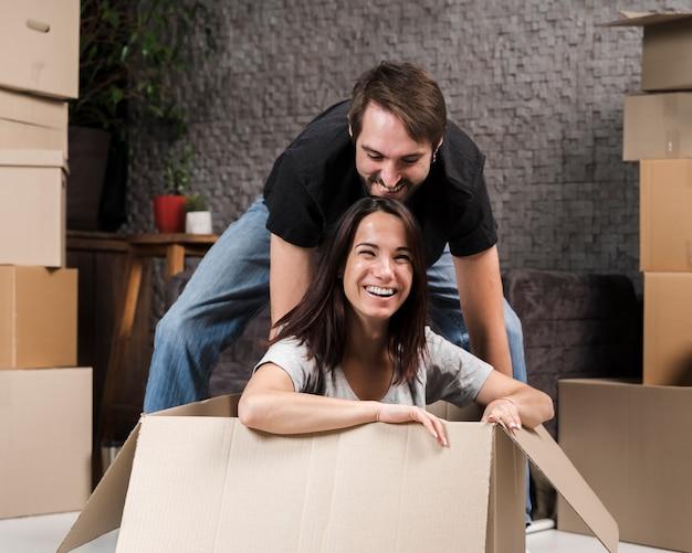 Adorable jeune homme et femme jouant ensemble