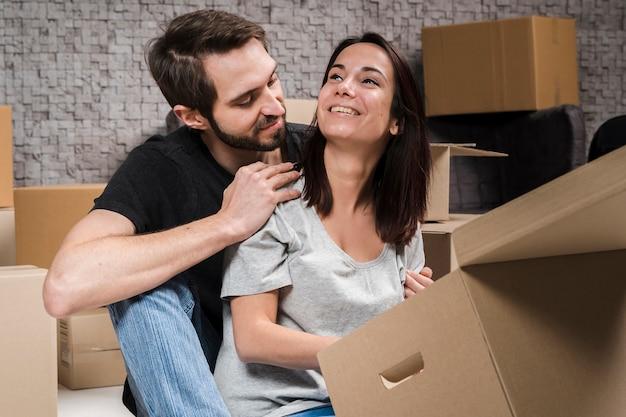 Adorable jeune homme et femme prêt pour la réinstallation