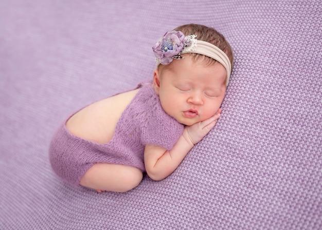 Adorable nouveau-né en costume tricoté