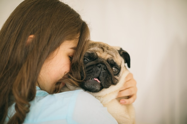 Adorable petit chien. amour et confiance humains