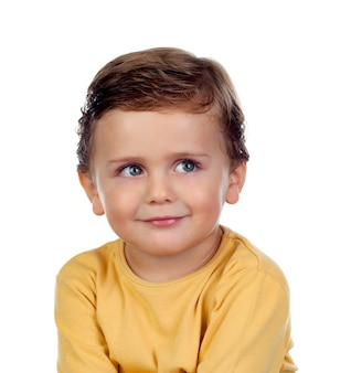 Adorable petit enfant de deux ans avec un t-shirt jaune