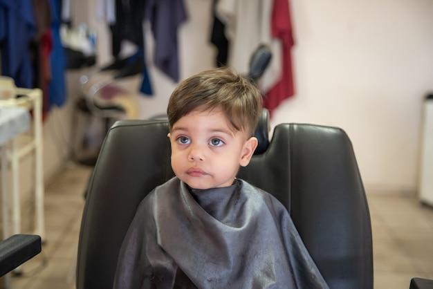 Adorable petit garçon bébé - couper les cheveux