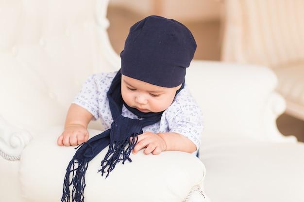 Adorable petit garçon dans une chambre ensoleillée blanche. enfant nouveau-né.