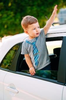 Adorable petit garçon dans la voiture