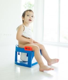 Adorable petit garçon à la maison des toilettes