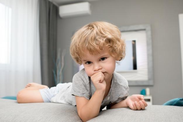 Adorable petit garçon suçant le pouce