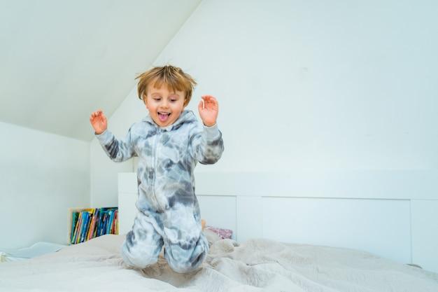 Adorable petit garçon de trois ans jouant dans la chambre à la maison