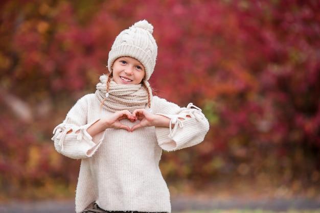 Adorable petite fille au beau jour d'automne en plein air