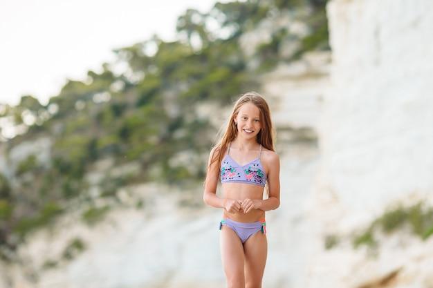 Adorable petite fille au bord de la mer seule